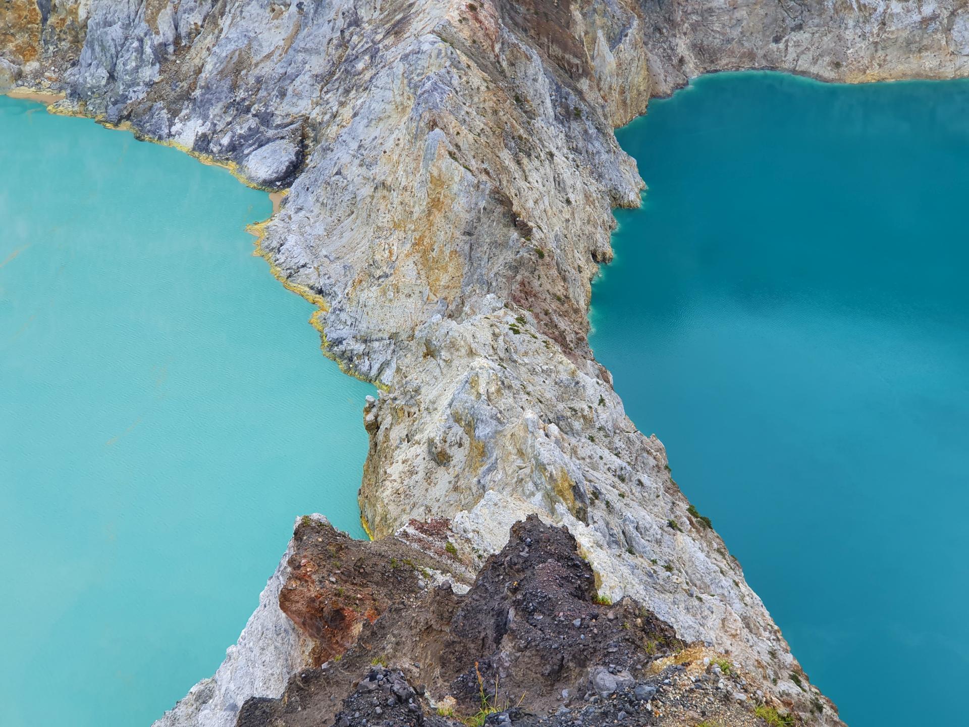 каменный перешеек между озерами Келимуту