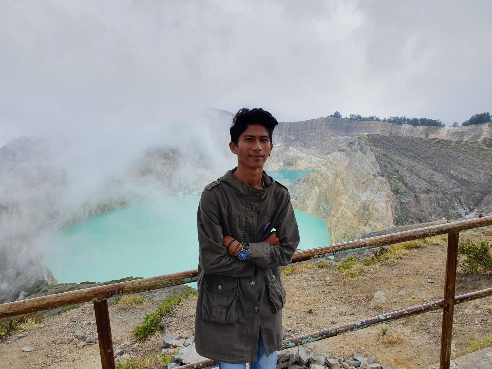 индонезиец на фоне озер Келимуту