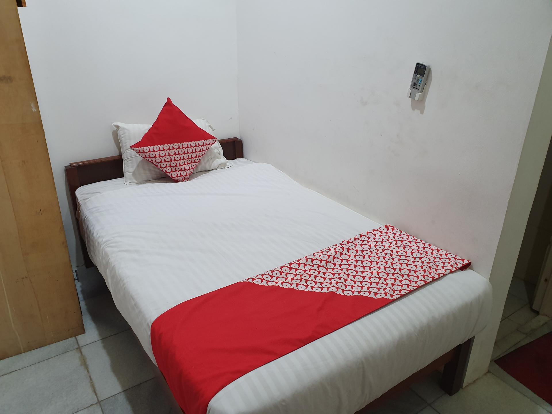 кровать отеля OYO в Джакарте