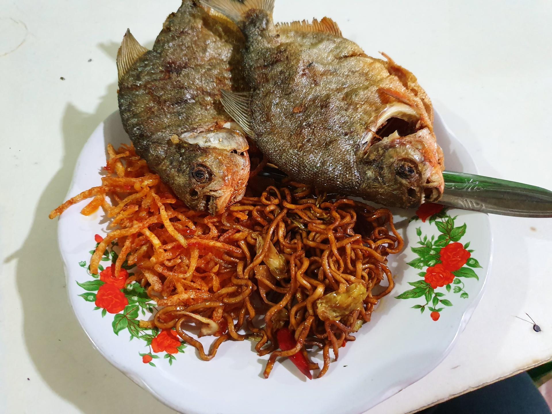 жареная рыба в Индонезии