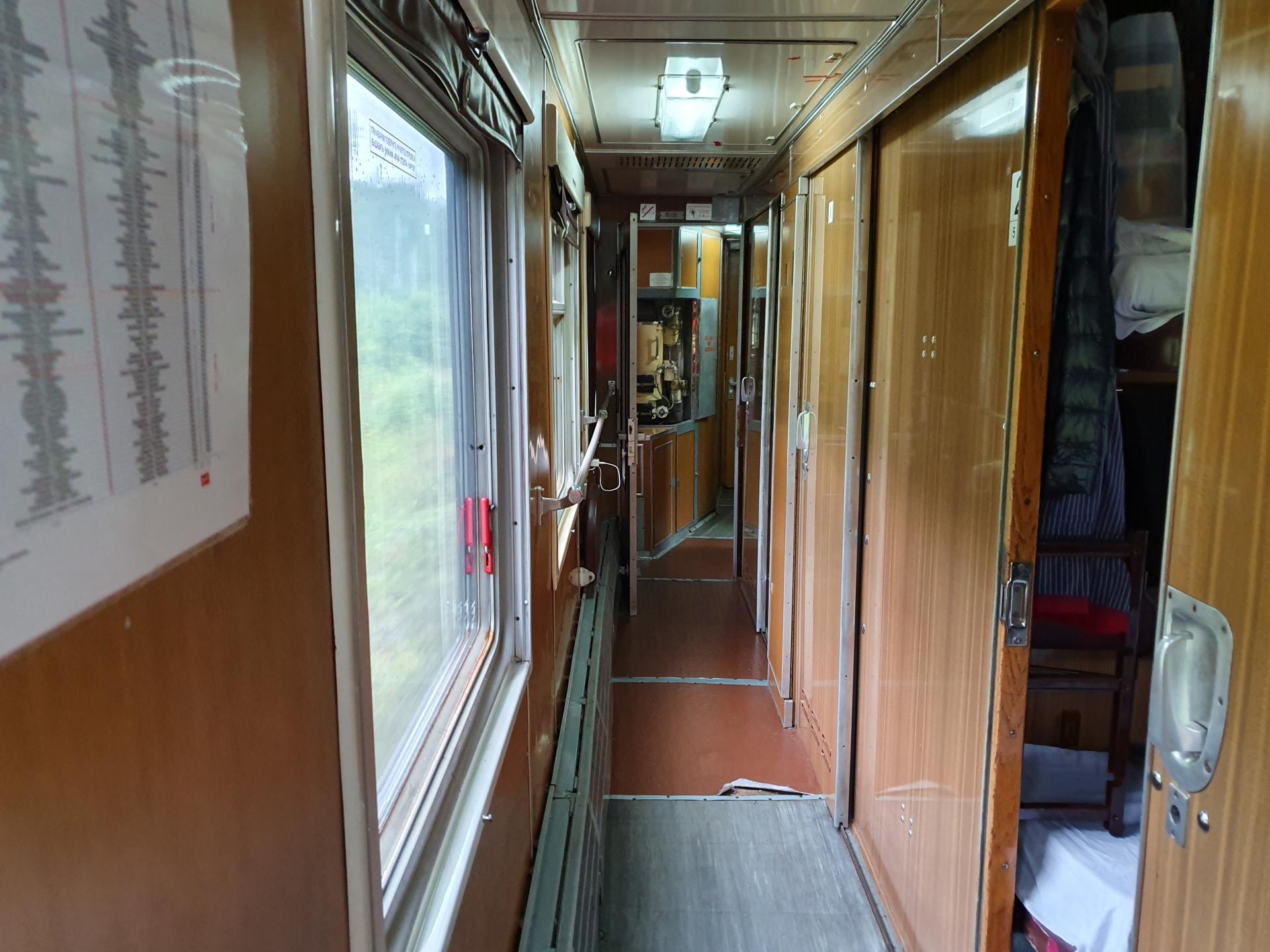 коридор в купейном вагоне
