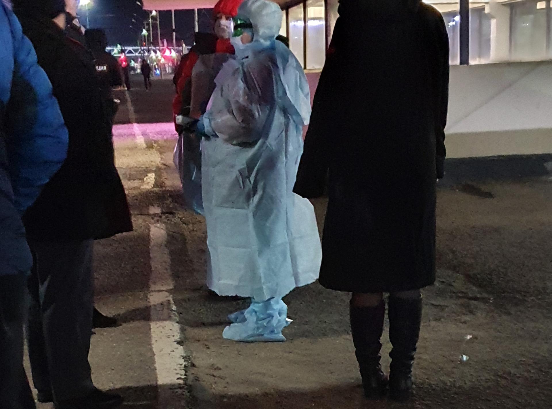 медработник в костюме защиты