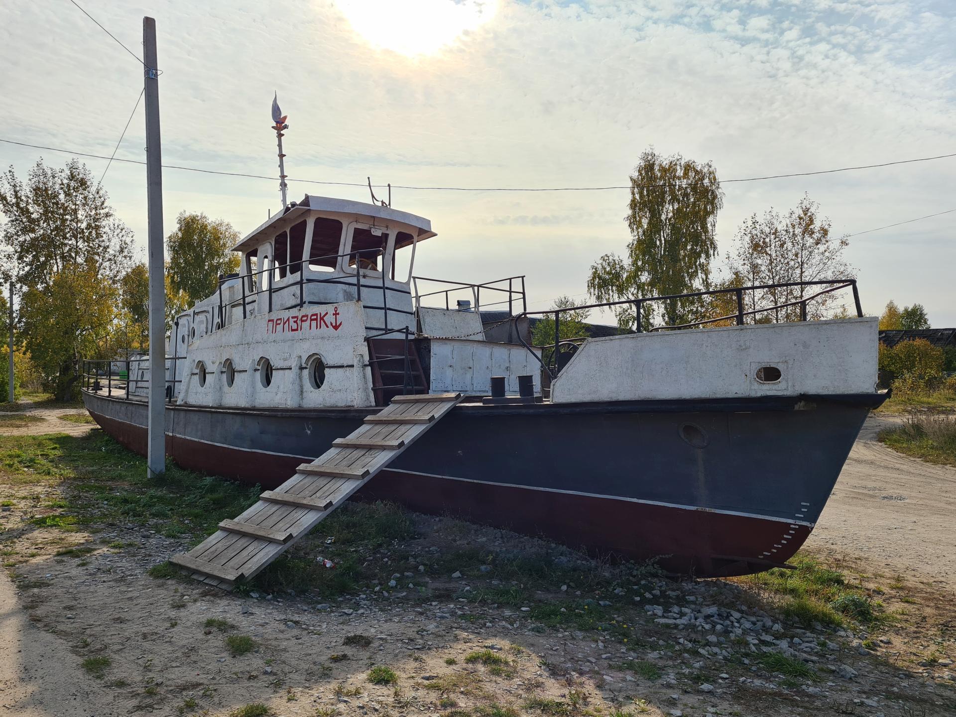 корабль в поселке Медведок