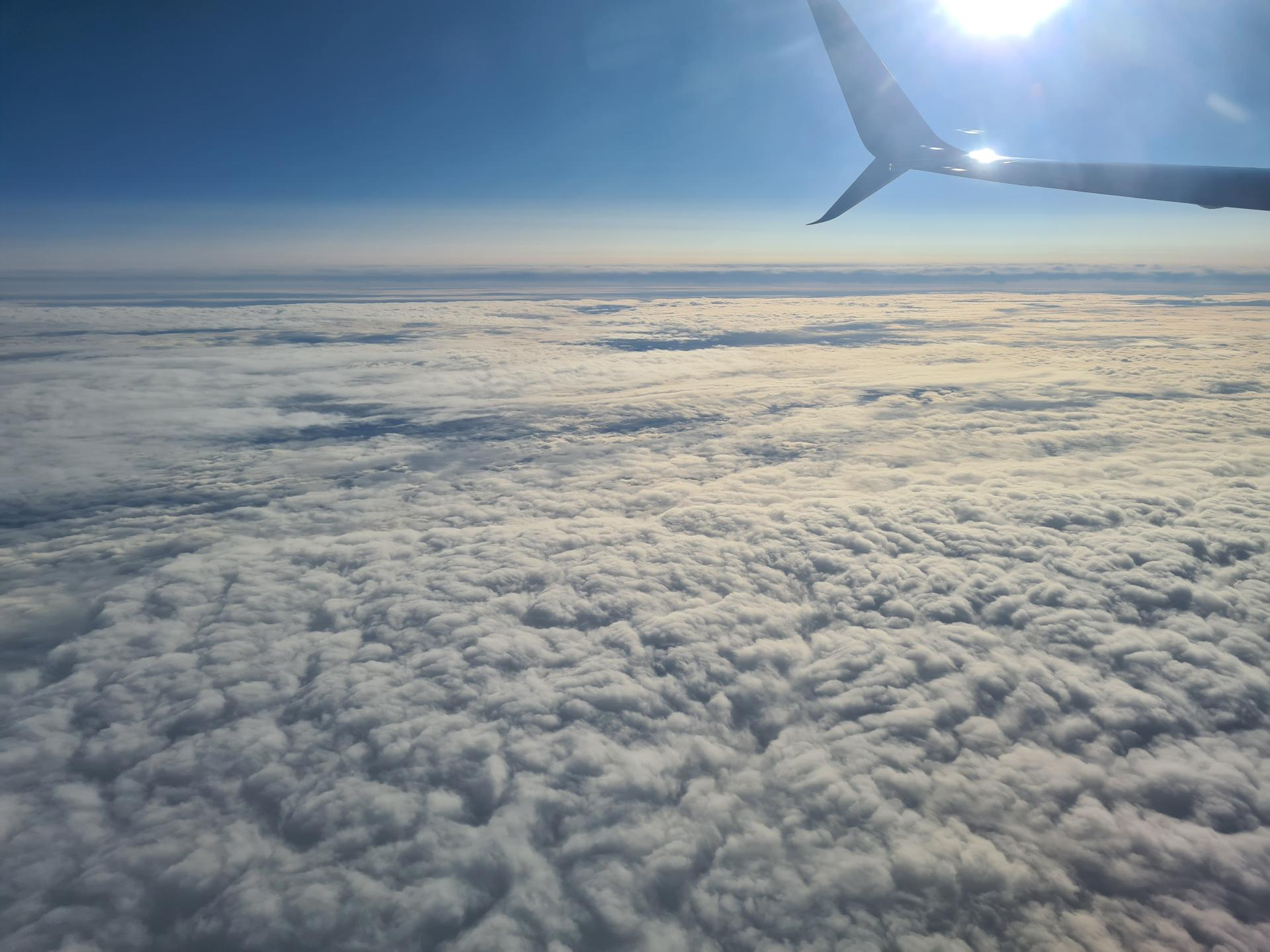 Солнце над облаками в полете