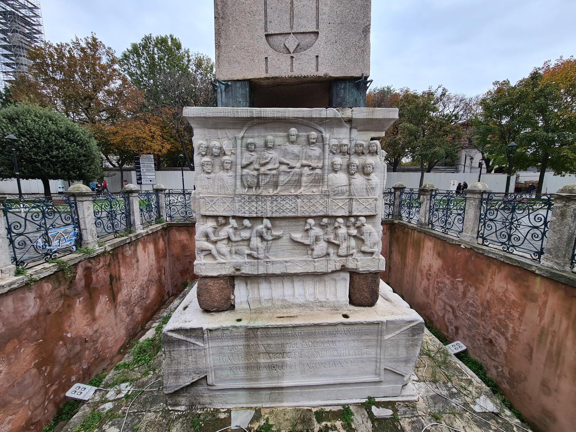 надписи на обелиске Феодосия