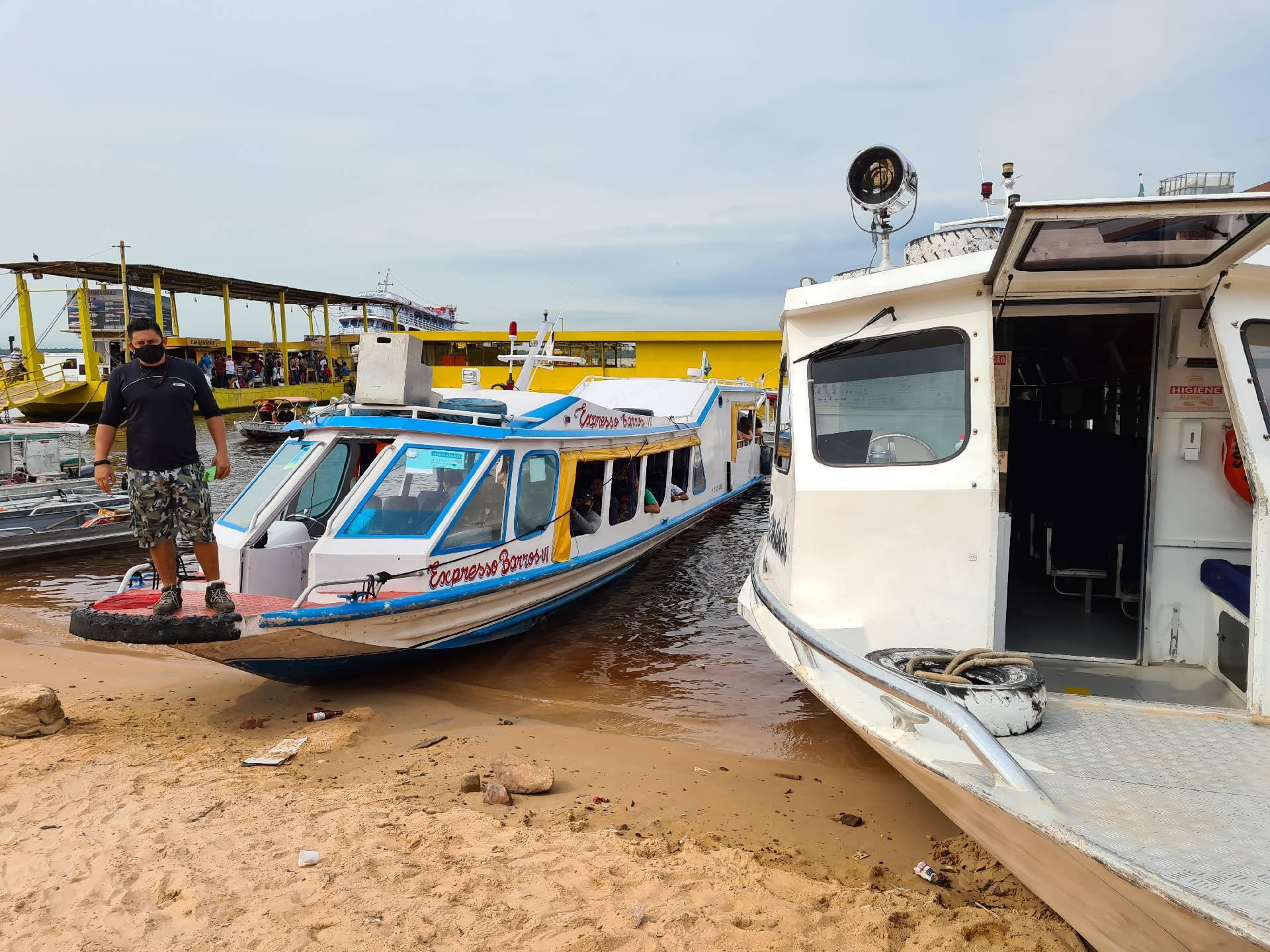 прогулочный катер на Амазонке