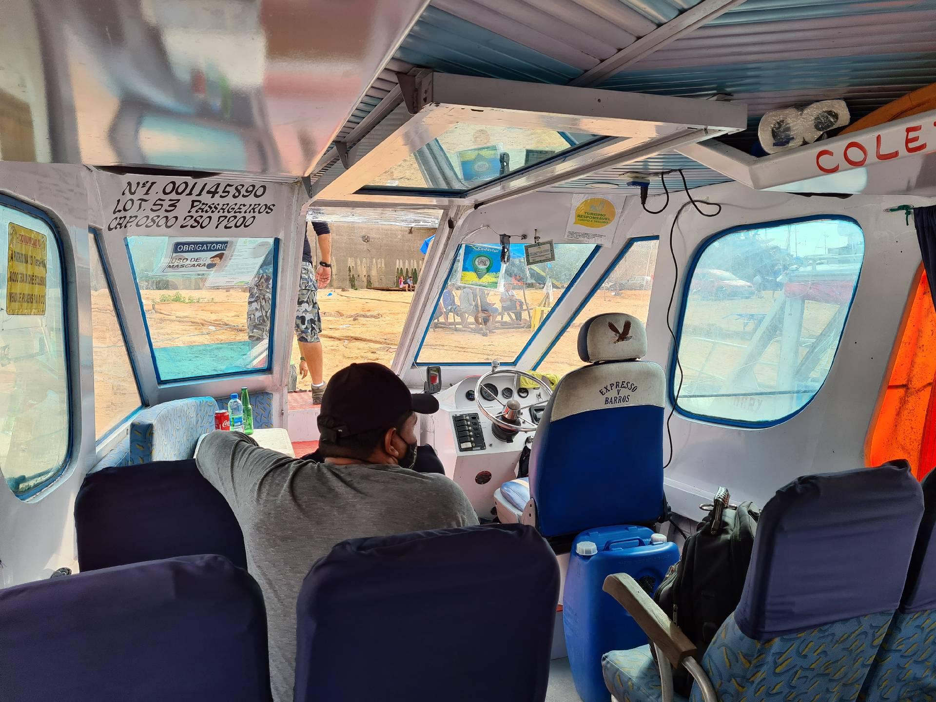внутри прогулочного катера на Амазонке