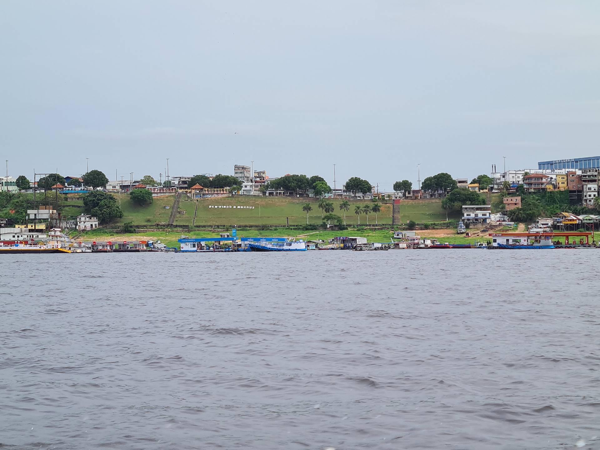 вид на Манаус и берег Амазонки с катера