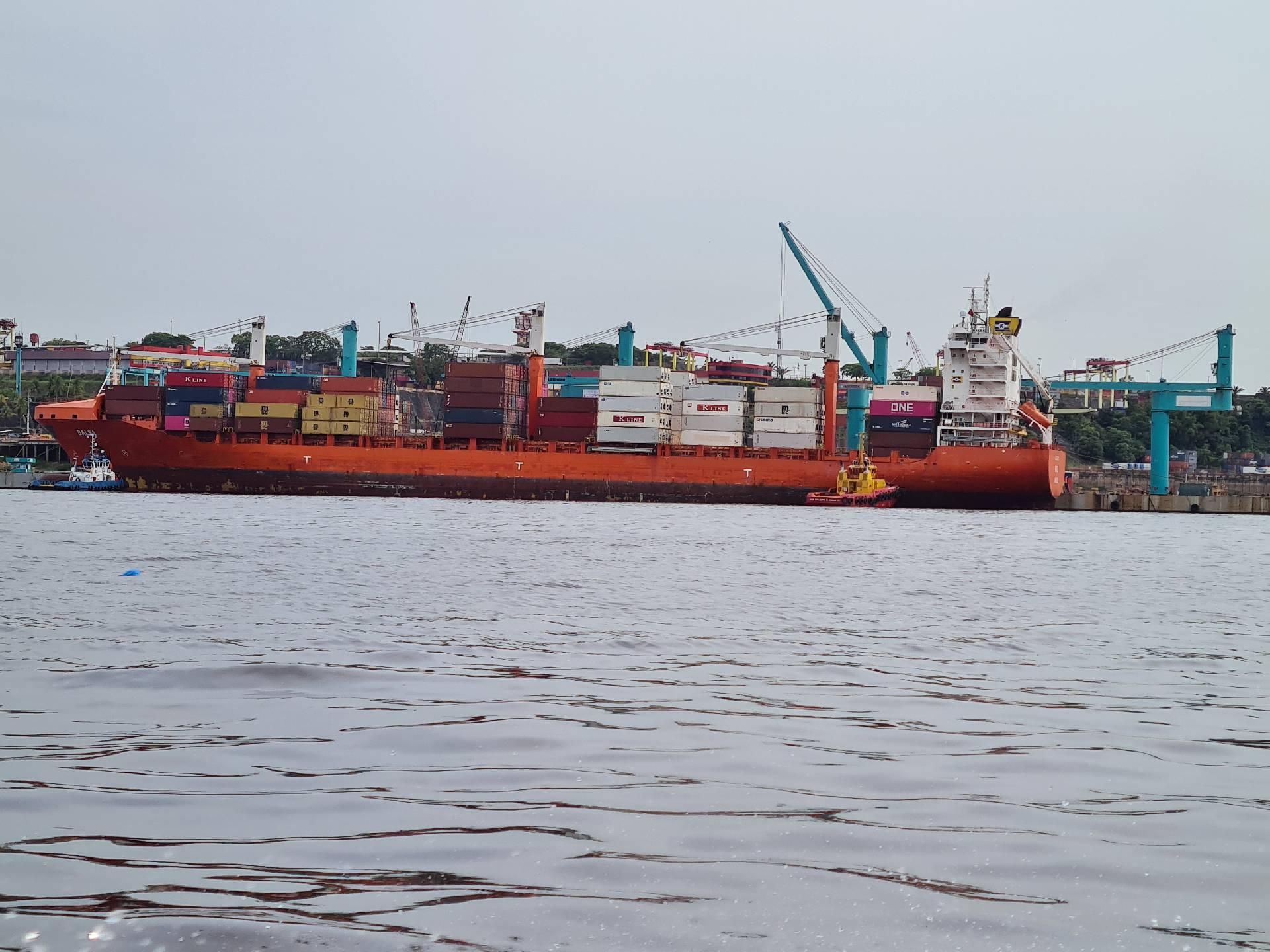 контейнеровоз на Амазонке