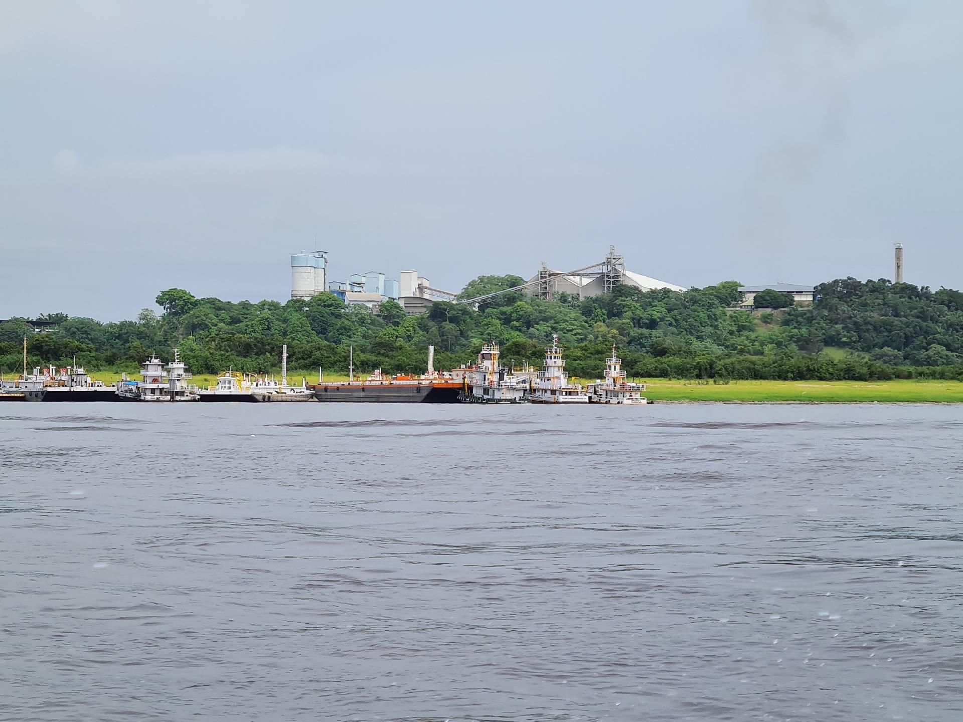 корабли у берега Амазонки, вид с реки