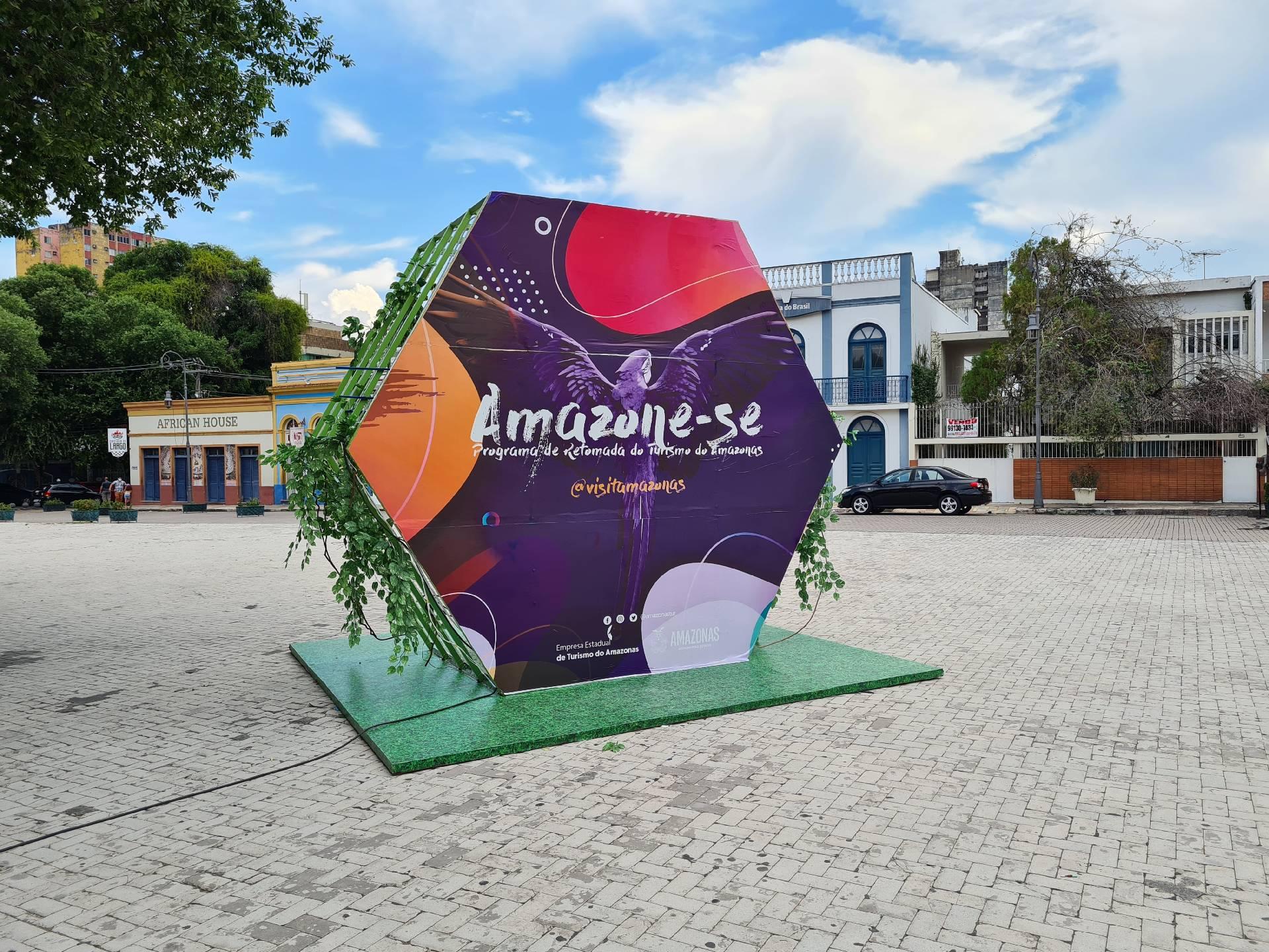 Рекламный щит о туризме в Манаусе