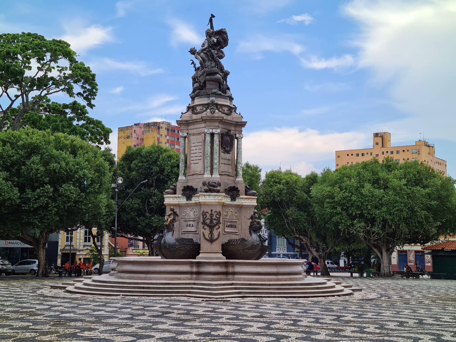 Монумент в Манаусе на площади перед театром