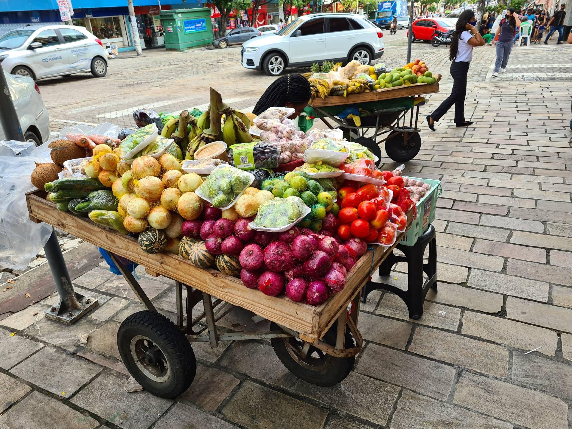 лоток с овощами на улицах Манауса