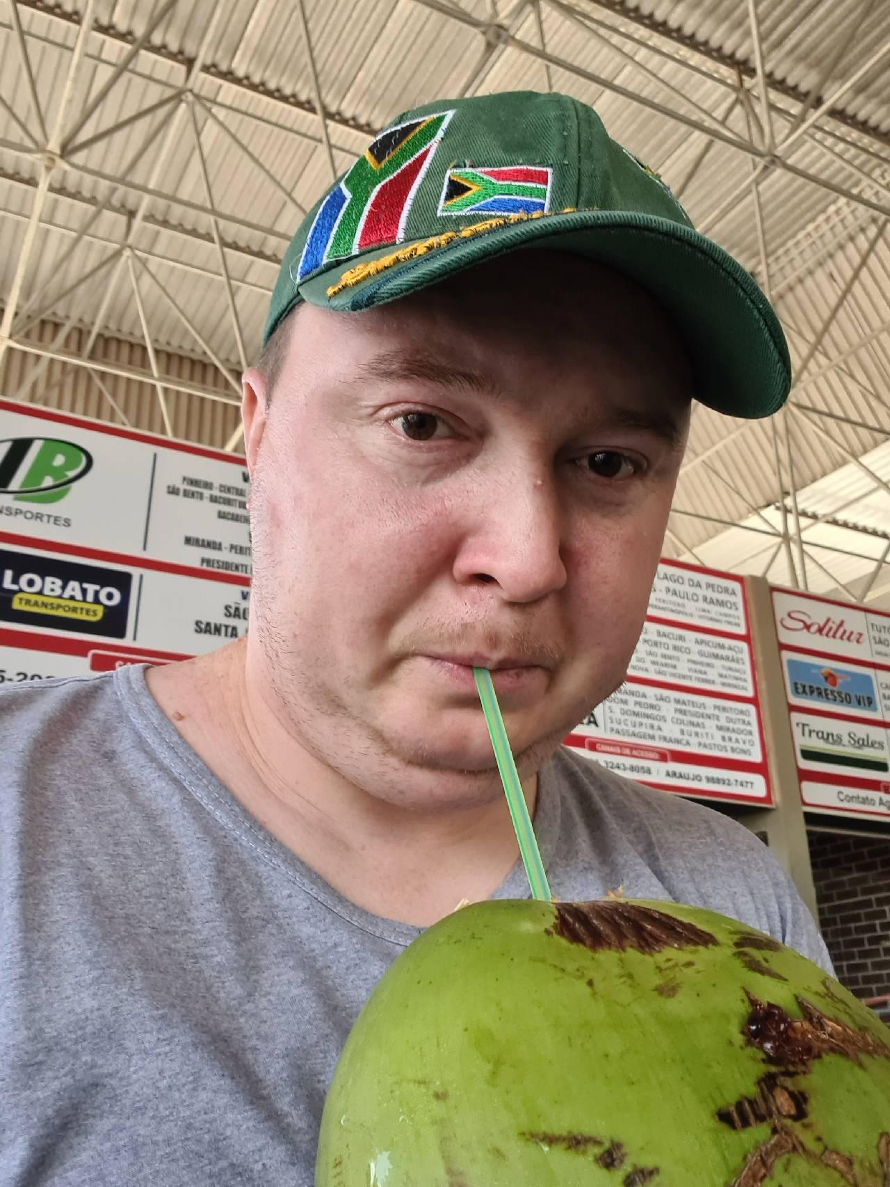 Вятский Лапоть пьет кокос