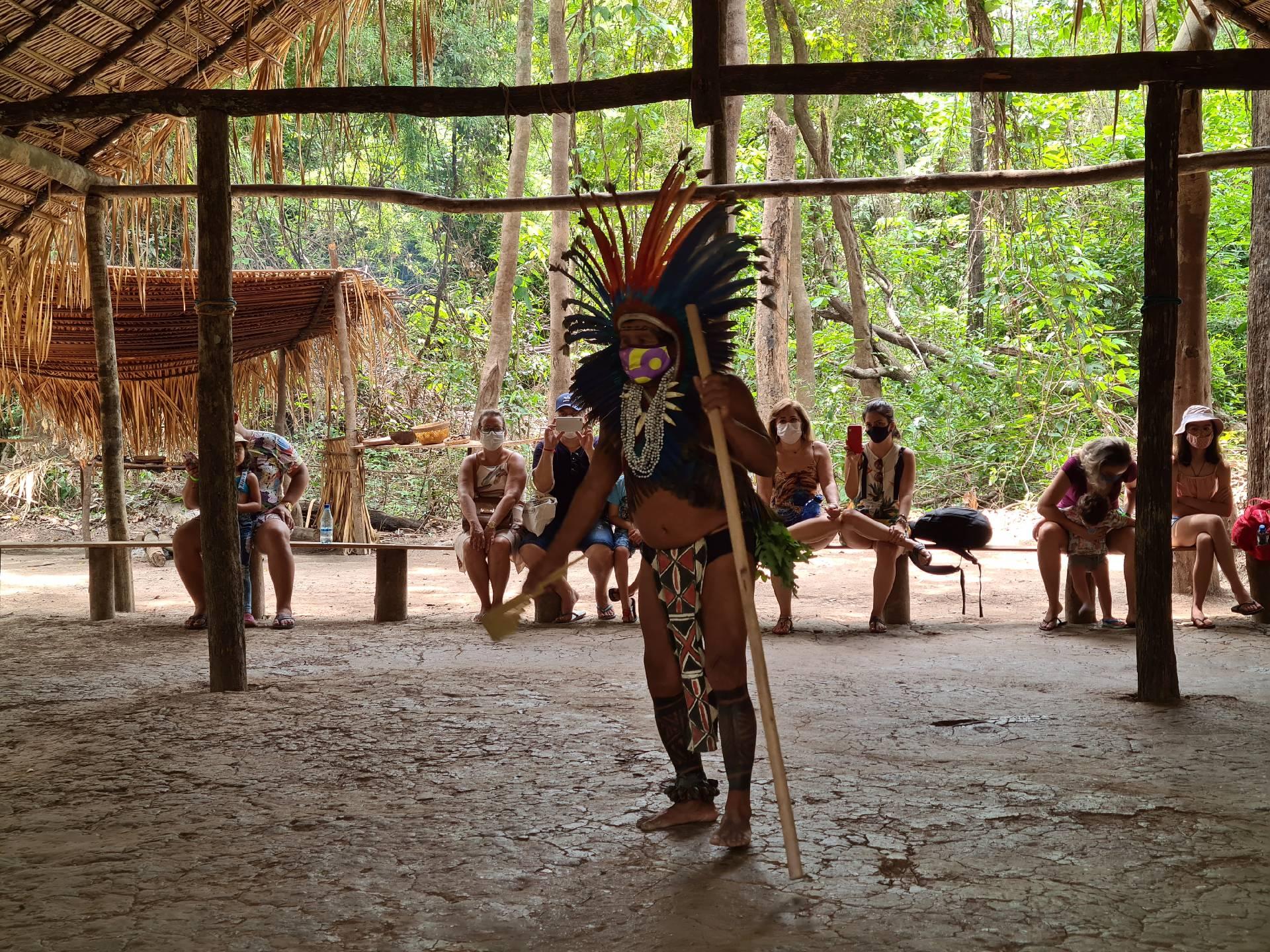 вождь индейского племени начинает ритуал встречи гостей