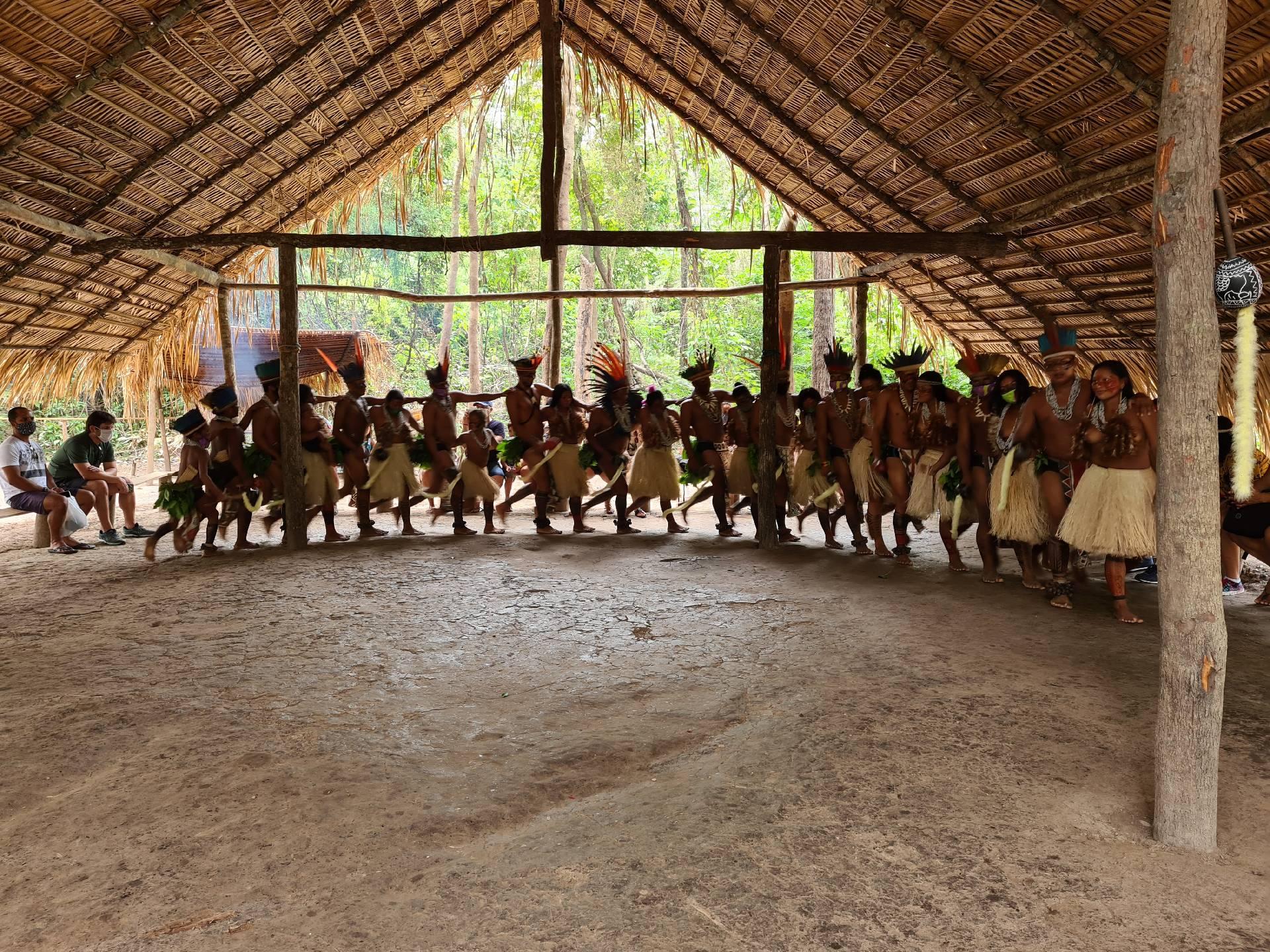 жители индейского племени водят хоровод