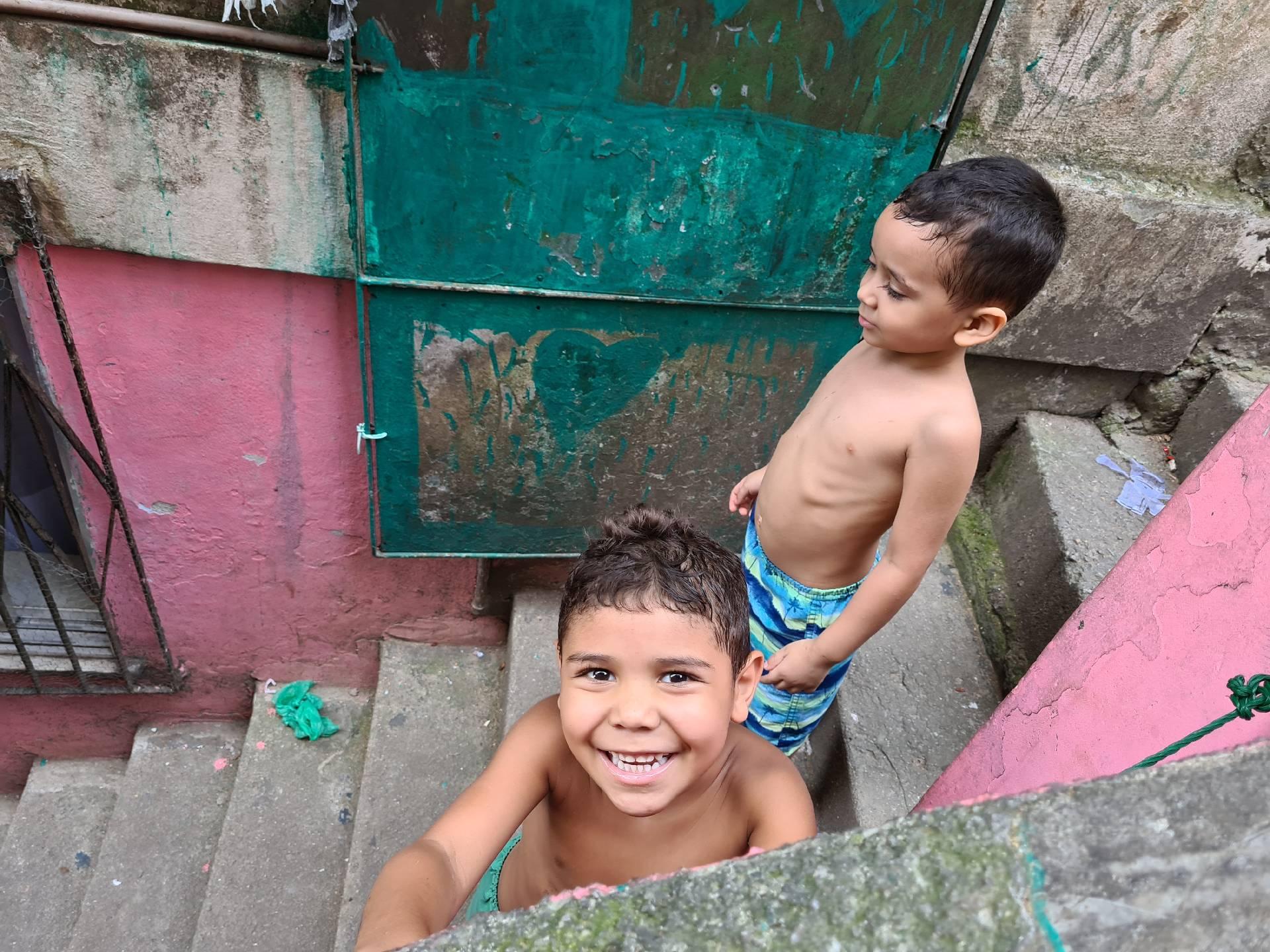 бразильские дети играют в фавеле