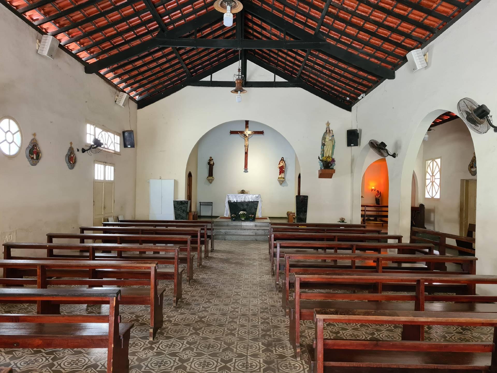 внутри католической церкви в фавеле Росинья