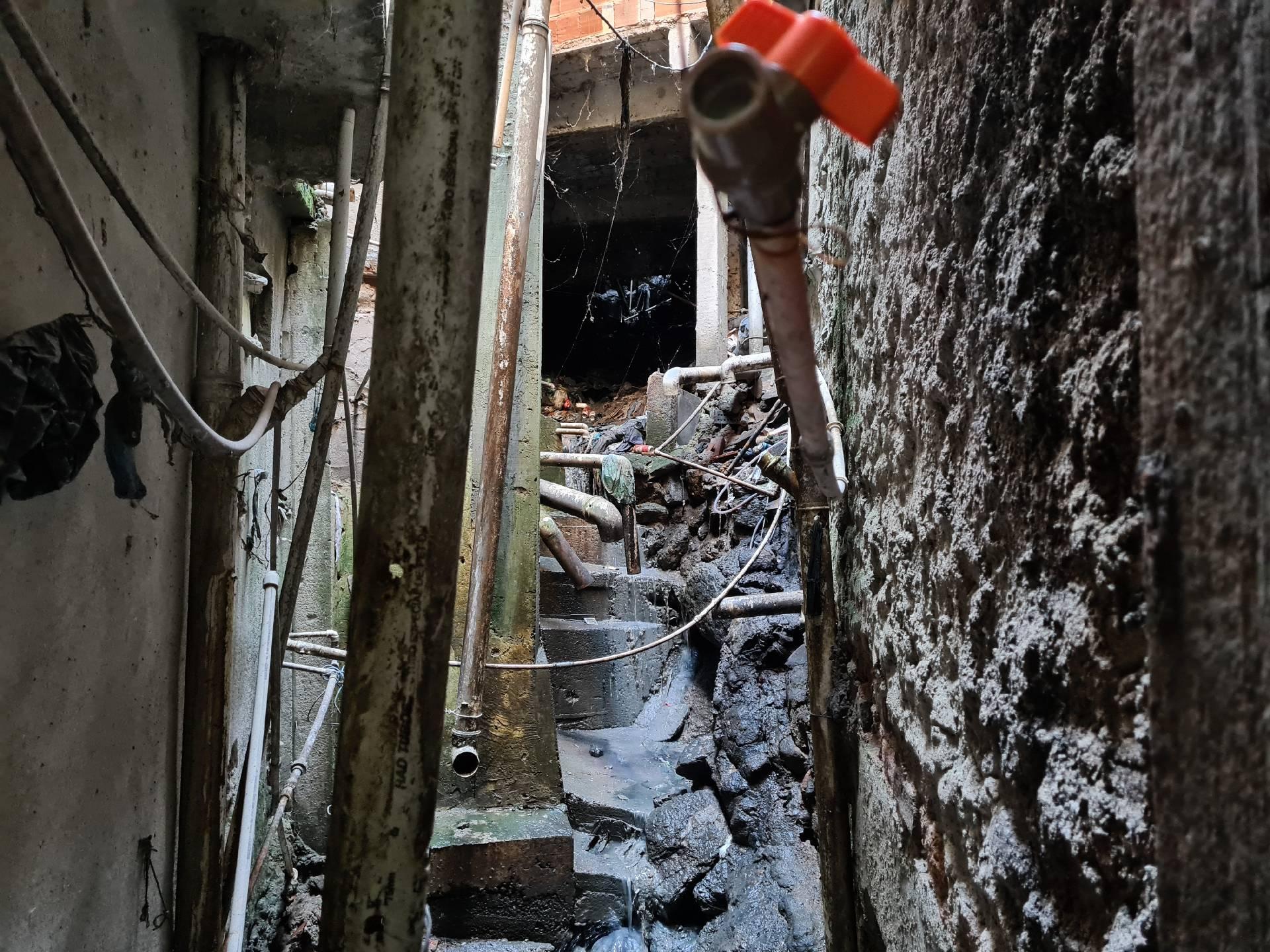 грязь и канализация в фавеле Росинья