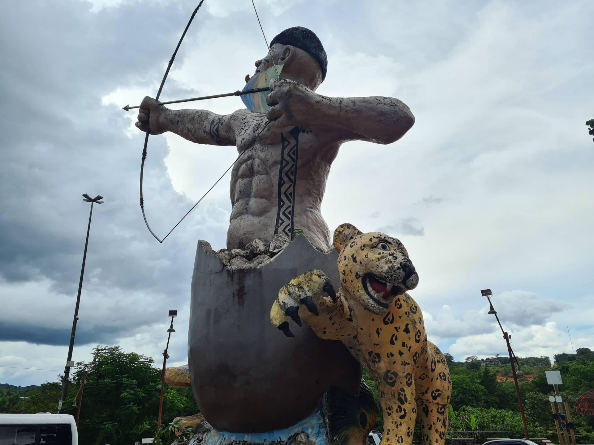 Памятник индейцу и леопарду в Бразилии