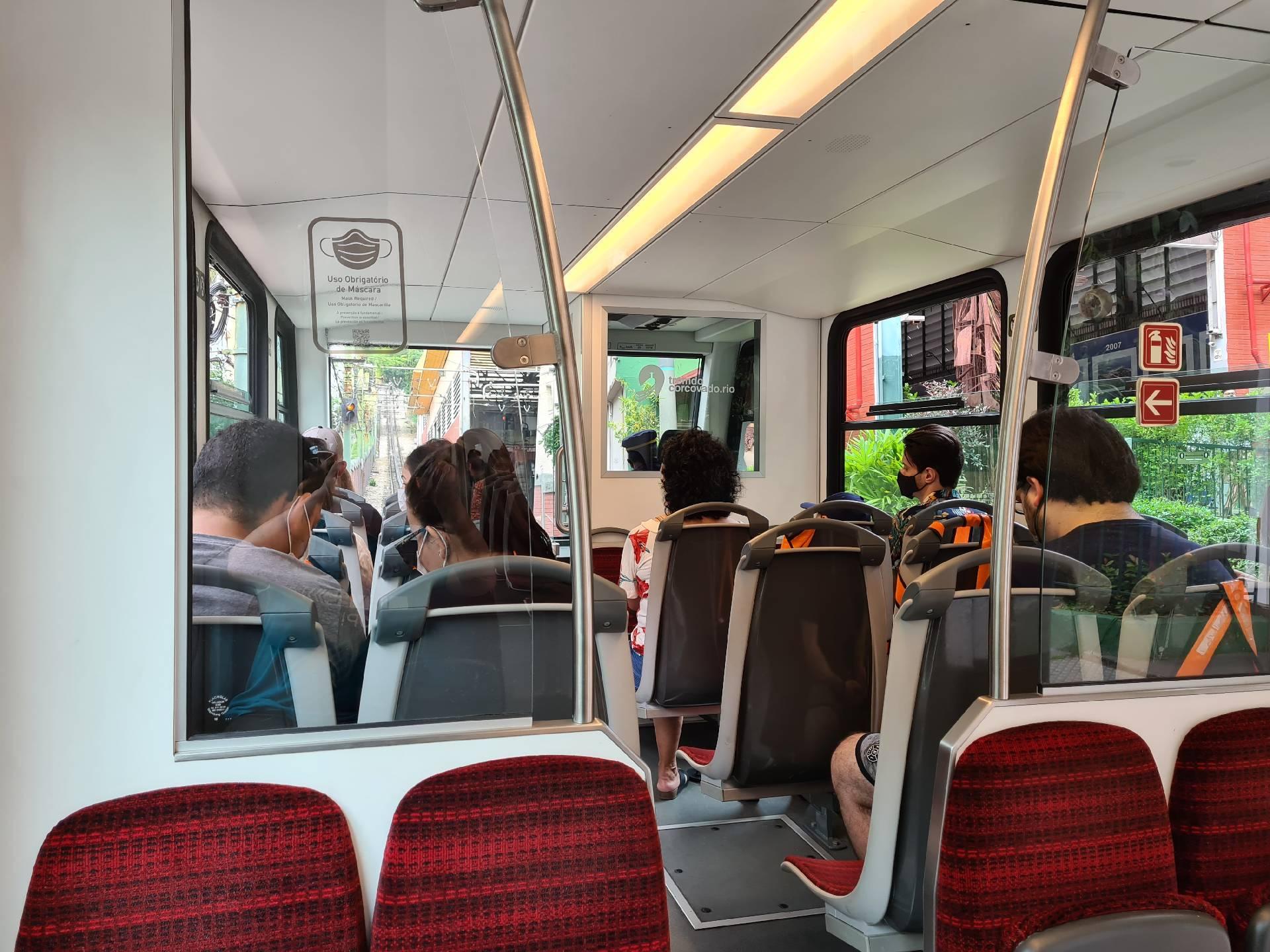 внутри вагона поезда к статуе Христа-Искупителя