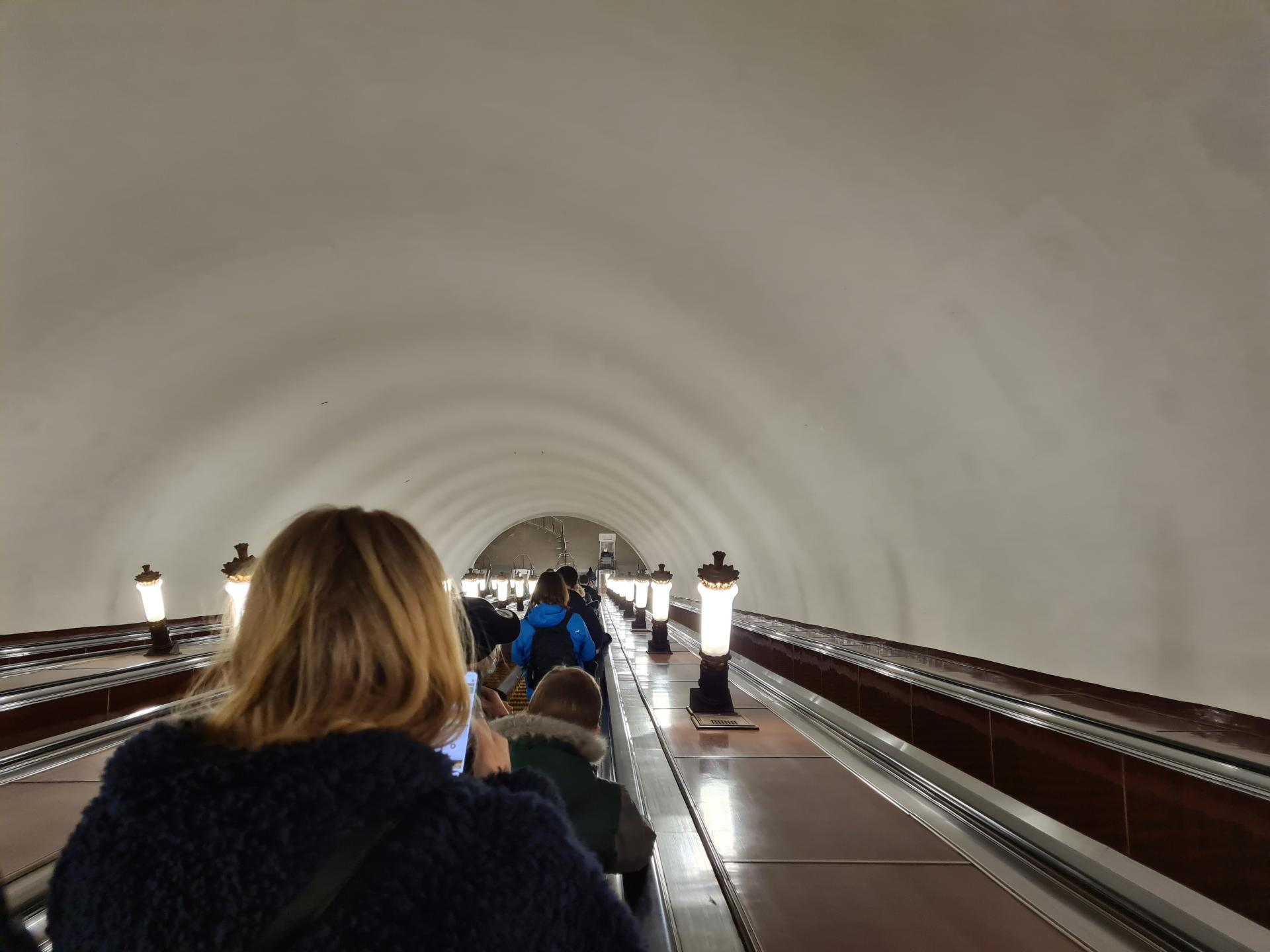 спуск на эскалаторе метро