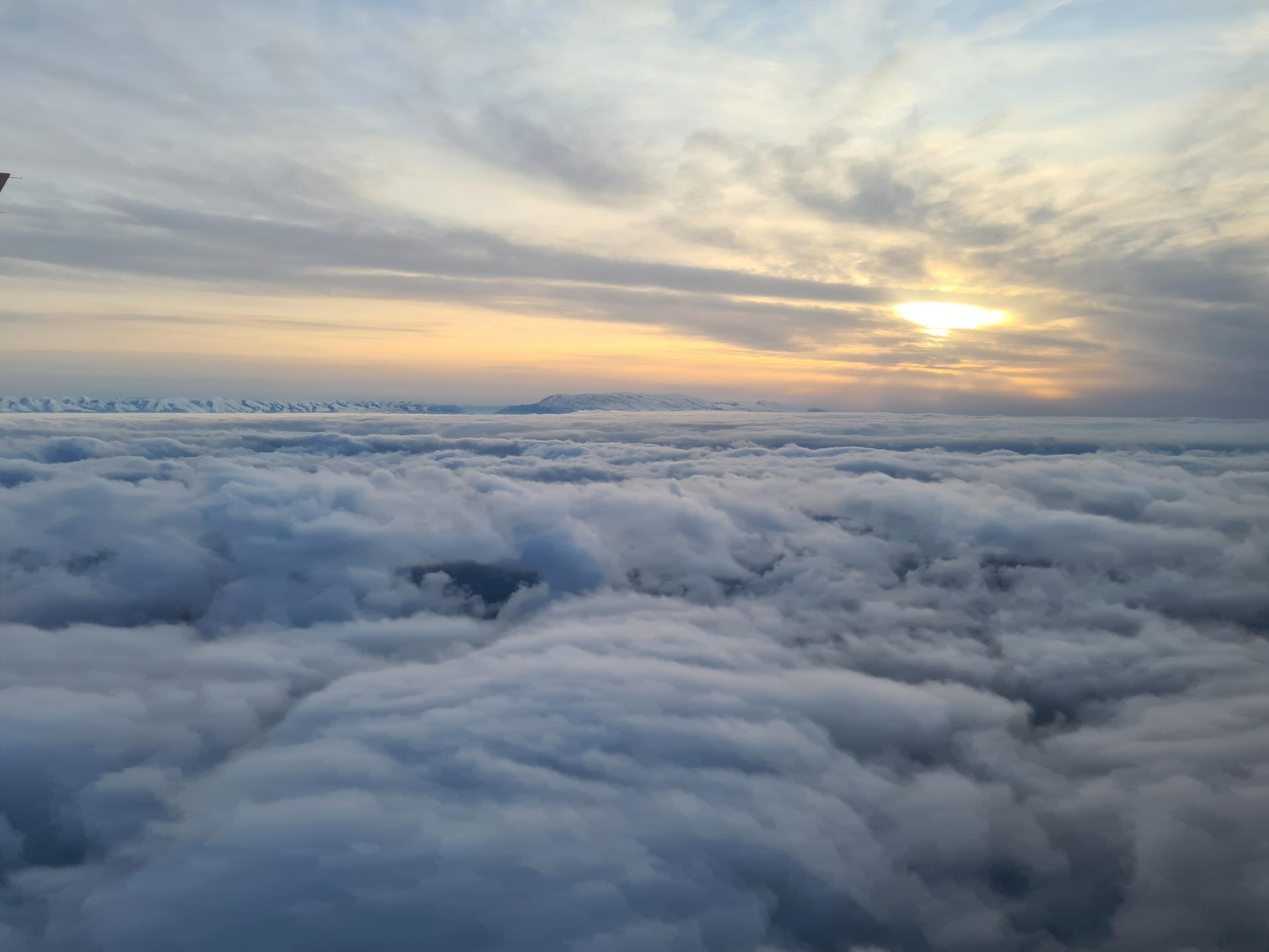закат над облаками и горы