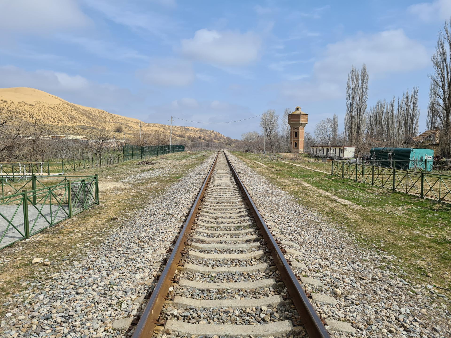 железная дорога у бархана Сарыкум