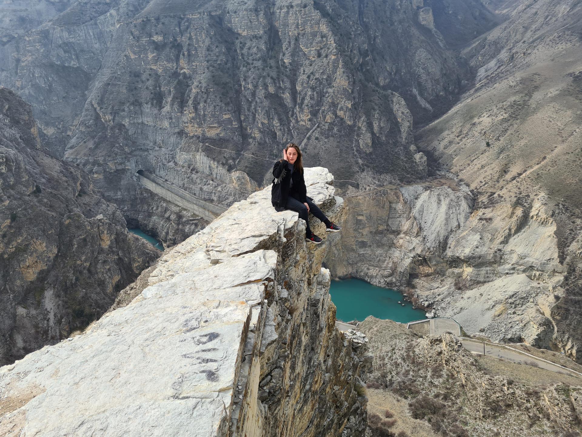 на краю пропасти в Сулакском каньоне