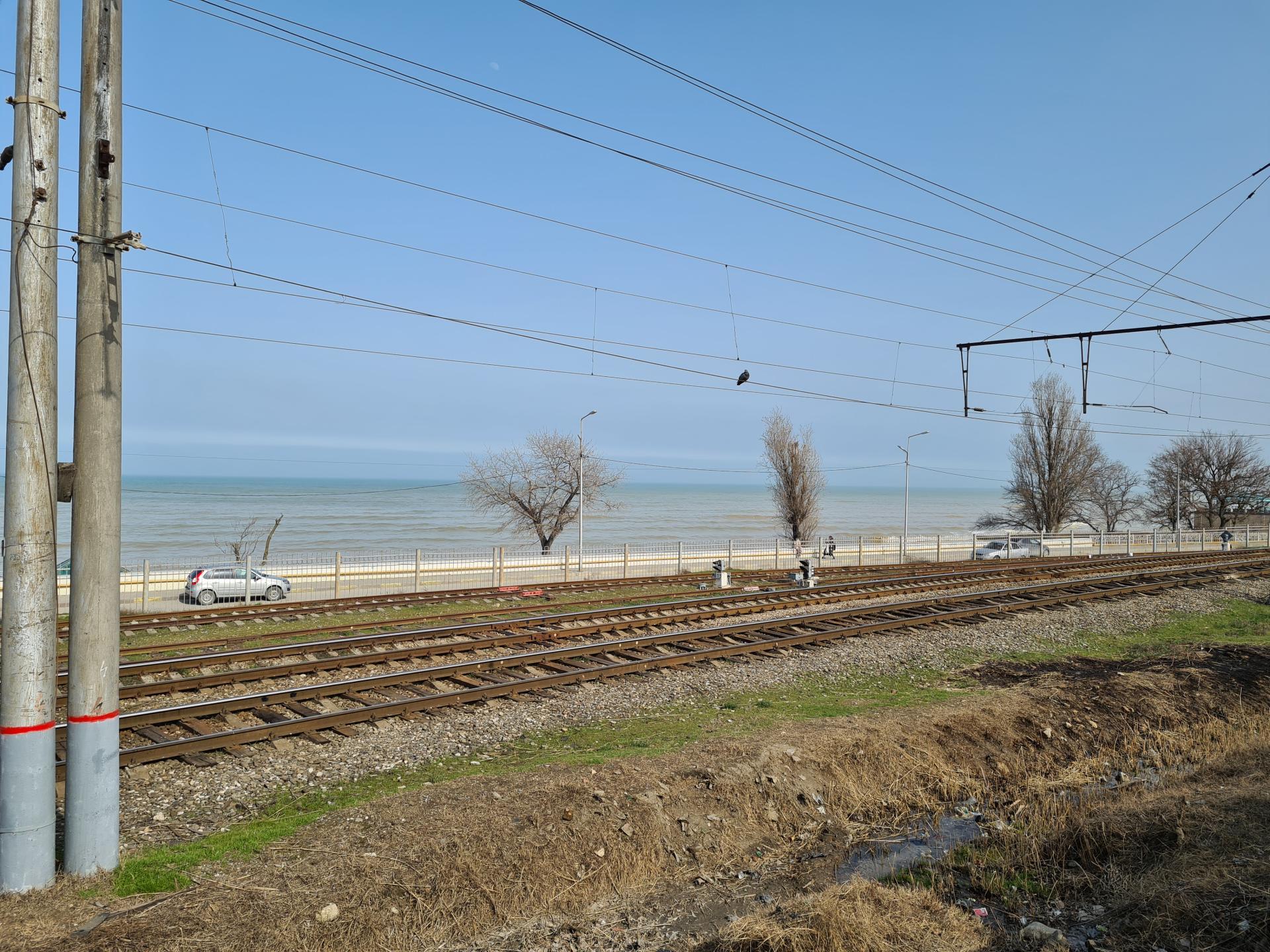 железная дорога рядом с Каспийским морем в Махачкале
