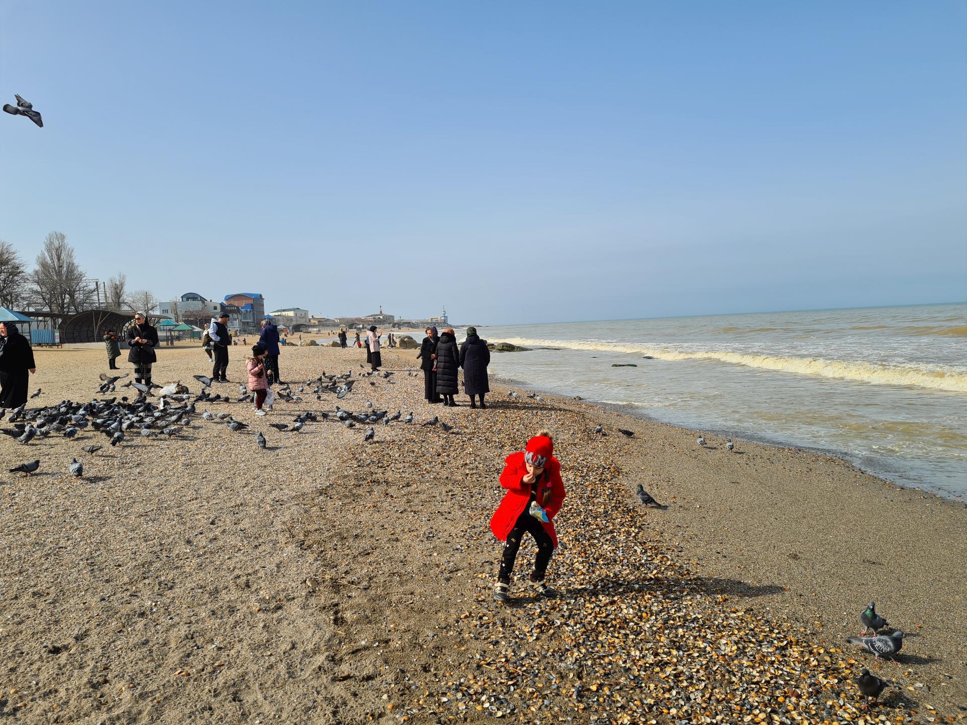 народ на пляже Махачкалы