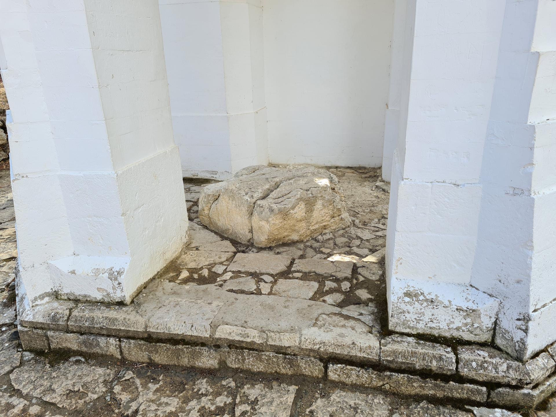 камень в селе Гуниб