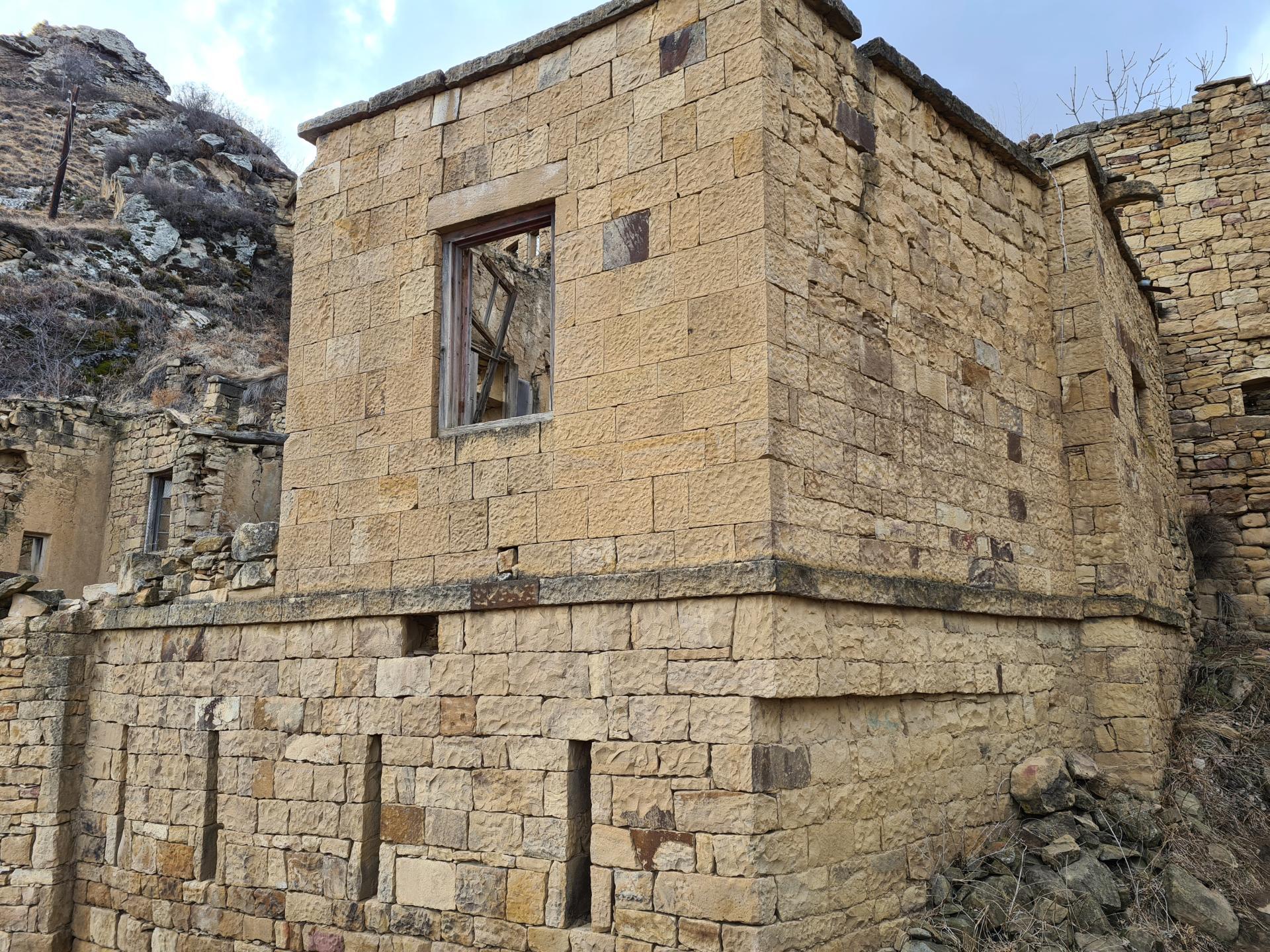 каменное здание в Гамсутле