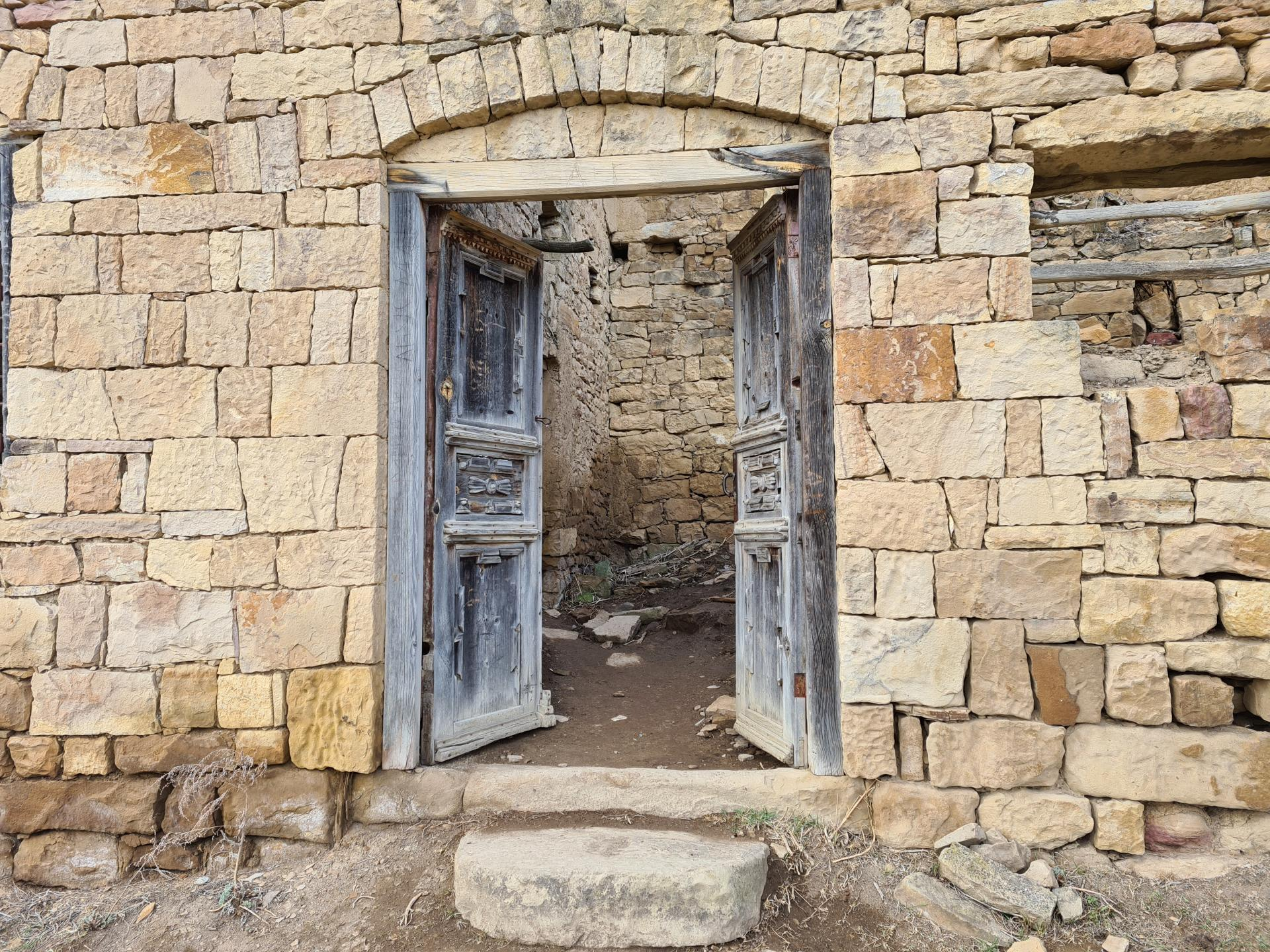 заброшенное здание в ауле Гамсутль