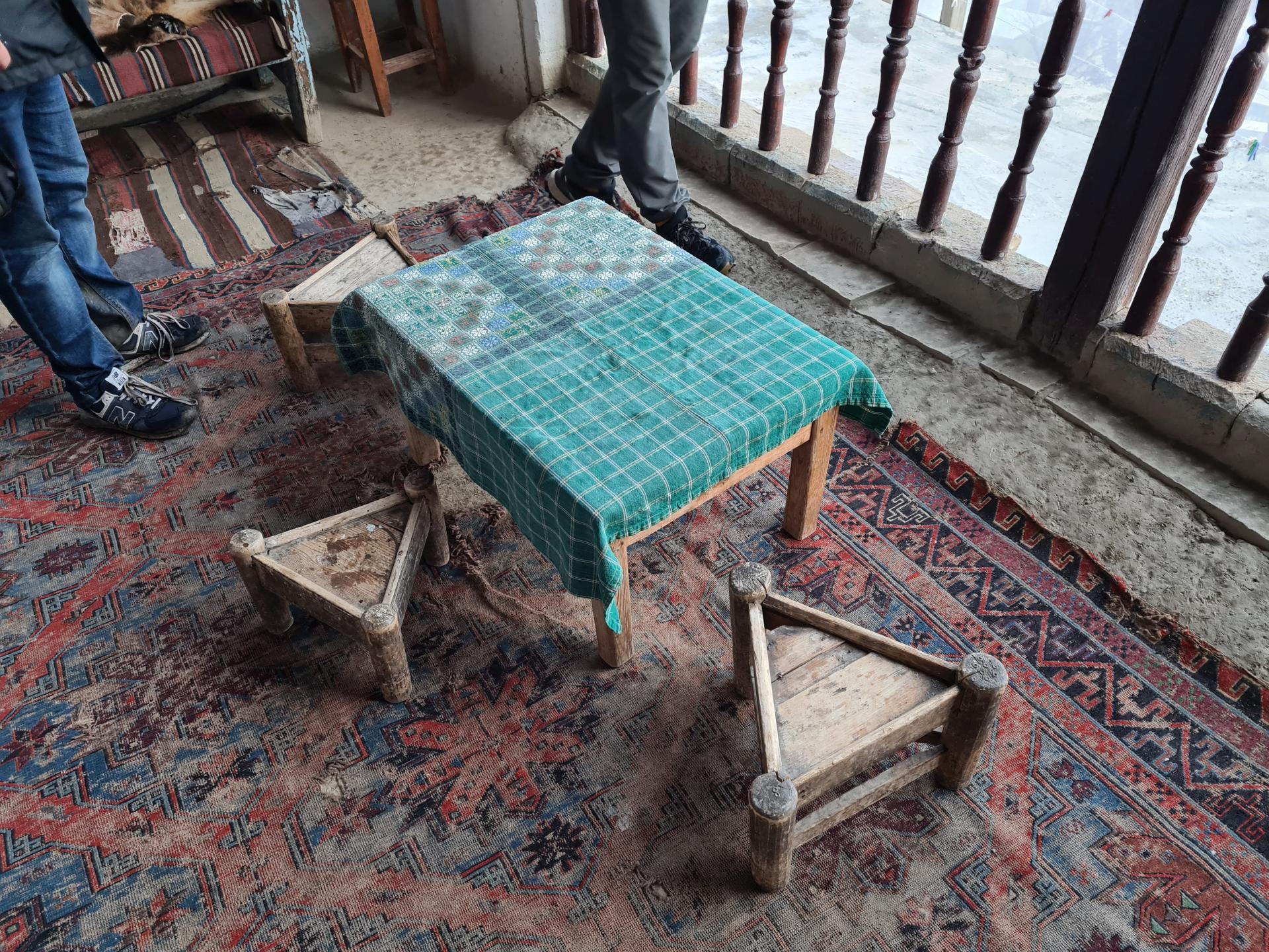столик с треугольными табуретками в Дагестане