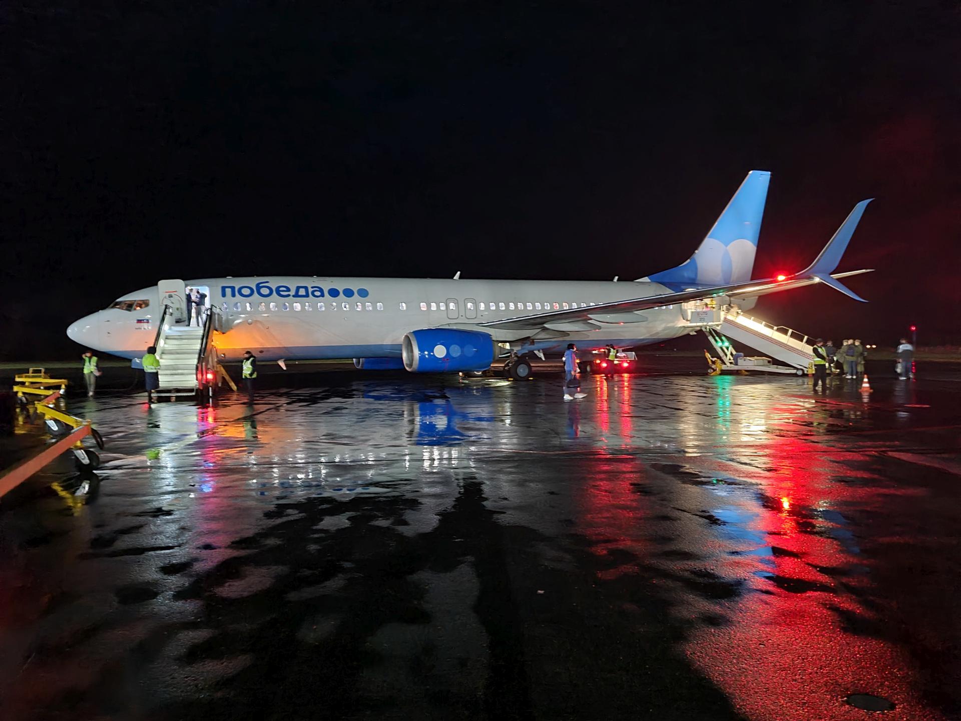 Boeing 737-800 ночью в аэропорту