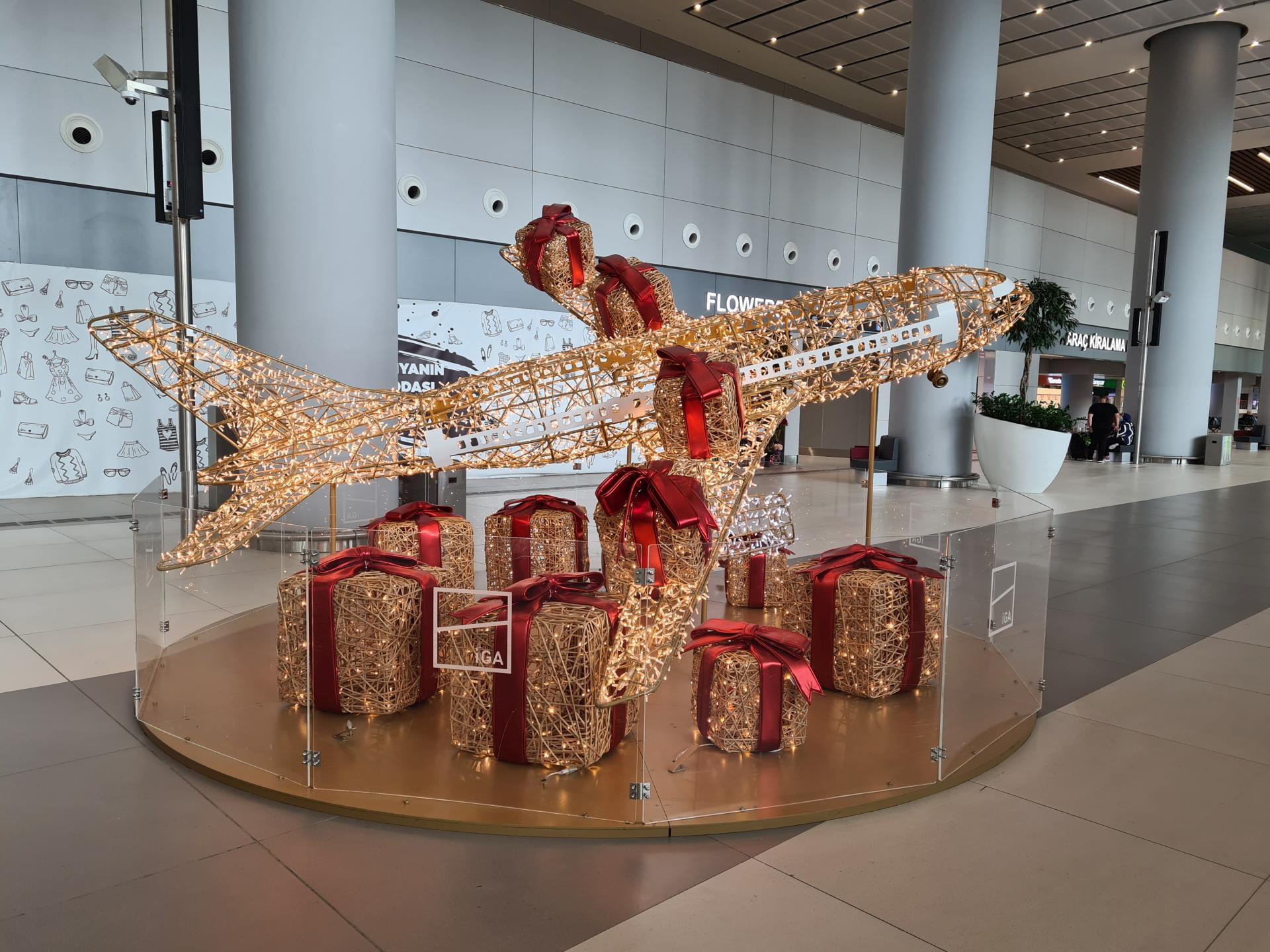 инсталляция в виде самолета в аэропорту Стамбула