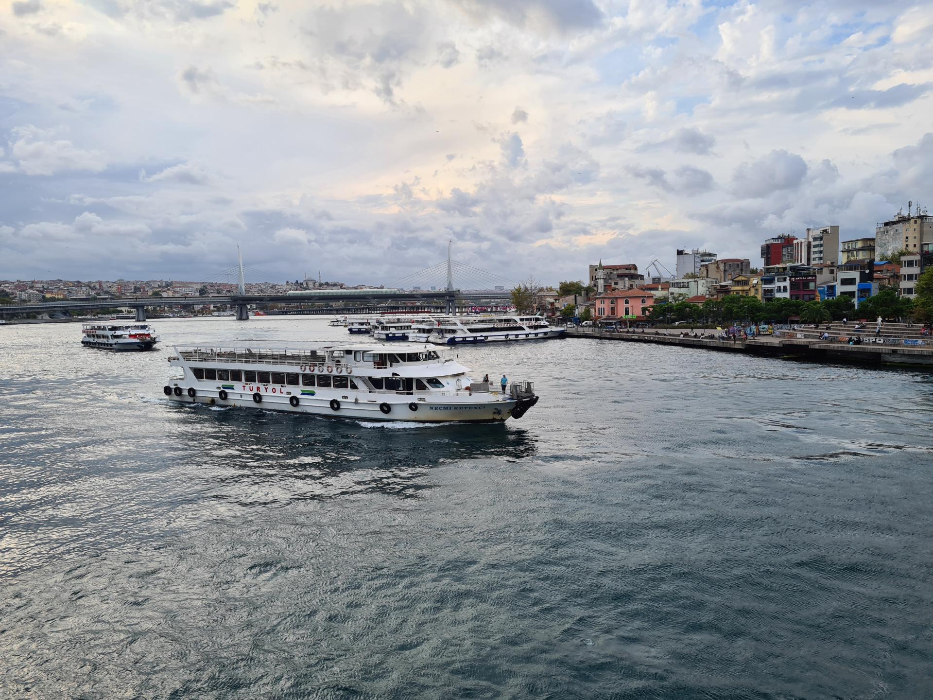 прогулочное судно в Стамбуле